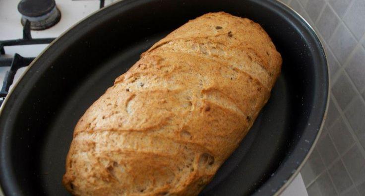 Fokhagymás-olívás kenyér recept - A tésztához      40 dkg kenyérliszt (BL80)     20 dkg teljes kiőrlésű búzaliszt     2 teáskanál só     1 teáskanál kristálycukor     1 teáskanál ételecet (10%-os)     1 dl étolaj     3 dl víz     3 dkg élesztő (friss)  A töltelékhez      2 gerezd fokhagyma     6 szem olívabogyó (zöld, magozott)