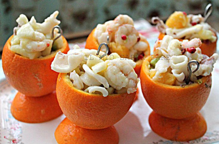 Insalata di mare all'arancia: un antipasto sfizioso, saporito e leggero.Calamari, gamberetti, pepe rosa, patate, il tutto aromatizzato con succo di arancia.
