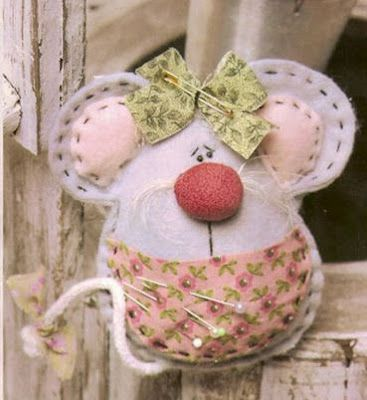 Solountip.com: How to make a pincushion mouse