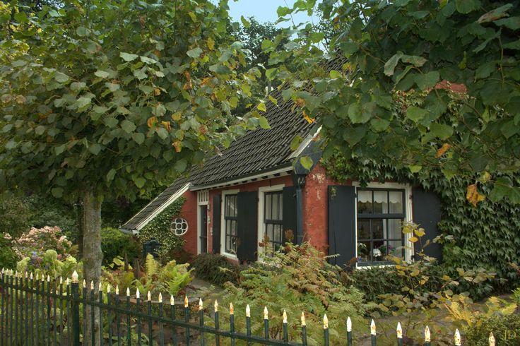 Een waldhûske in het brinkdorp Veenklooster in de Gemeente Kollumerland en Nieuwkruisland in het Oosten van de Provincie Friesland.. Het hûske staat aan de mooie Kleasterwei. Het dorp heeft een beschermd dorpsgezicht en dat zegt vaak wel dat het dorp een bezoek meer dan waard is.