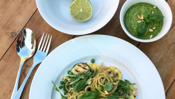 Spaghetti met pesto van groene erwten en gegrilde courgette