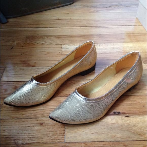 Shoes - Vintage pointy gold slipper shoes