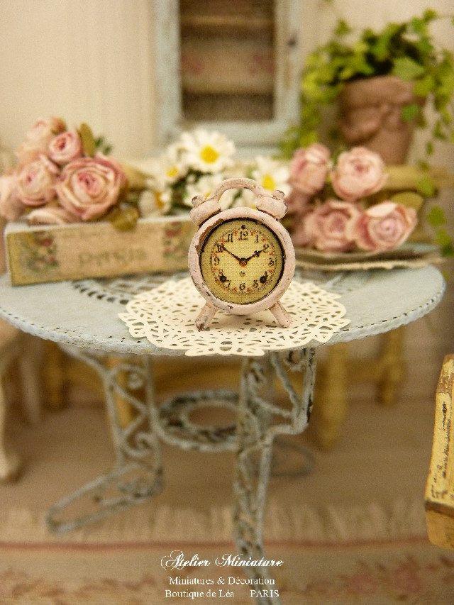Petit réveil miniature rétro en métal, Shabby rose pâle, Accessoire de décoration pour maison de poupée à l'échelle 1/12 by AtelierMiniature on Etsy
