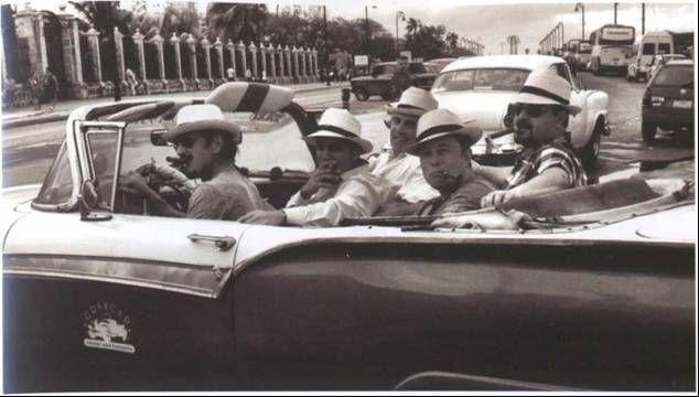 В 2013 году Маск, актер Шон Пенн (за рулем) и инвестор Шервин Пишевар побывали на Кубе, где они пытались освободить отбывавшего там тюремное заключение американца, и встретились со студентами и семьей Кастро. © Шервин Пишевар.