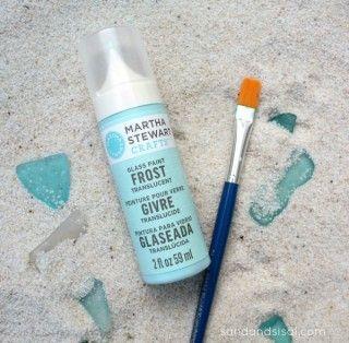 ■シーグラスとは 川や海で長い年月を掛けて研磨され、独特の半透明感と丸みをおびたガラスの事。 別名「海ガラス」などとも呼ばれます。 浜辺を散策していると見つけることができます。 今回は、シーグラスのような曇りガラスを自分で作ることができちゃう 魔法のような塗料をご紹介します♡   ■シーグラスは半透明塗料で作れる♡ スプレータイプやペンタイプなどの半透明塗料を塗布するだけで簡単にシーグラスを作ることができます。        ペンタイプのガラス・陶器用 半透明絵具★グロスエナメルえのぐペン★フロスト 価格:594円(税込、送料別)     こちらはペンタイプ。 カラーが豊富なので、いろんな色のシーグラスを作ることができます♡ ペン型になっているので、一度パレットなどに出してから筆で塗布すると ガラス全体にきれいに塗ることができます。  このほか、スプレータイプもあります。   筆者が確認できたものは無着色(つまり白っぽい曇りガラス)の仕上がりになるもののみだったので、 カラフルな仕上がりにしたい方は、塗料タイプを使うと◎    ■気になる出来上がり  情...