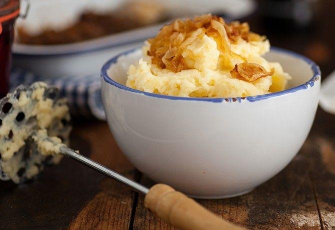 Krumplipürét készíteni mindenki tud, nem? Megfőzzük a krumplit, áttörjük, némi tejtermékkel krémesítjük, és megesszük. Nem olyan bonyolult ez! Valóban nem, de ha tényleg világbajnok krumplipürét akarunk az asztalra tenni, akkor nem árt megtanulni öt alapszabályt, aminek betartásával még a szomszéd is a miénkből fog átvinni a vasárnapi ebédhez!