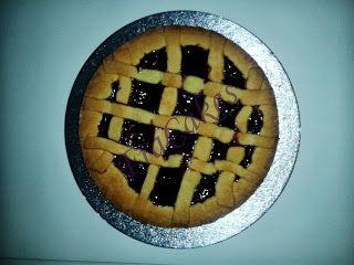Questa è la tortina fatta su richiesta pe la mia amica Lucia   Crostata con marmellata di cigliegie Ingredienti: Pasta frolla 1 vasetto di marmellata