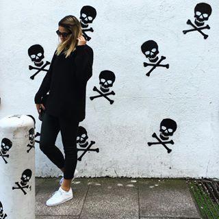 E, claro, sempre vai existir a opção de usar tudo preto com seu fiel companheiro tênis branco. | 13 looks para você que sabe que salto não leva a nada