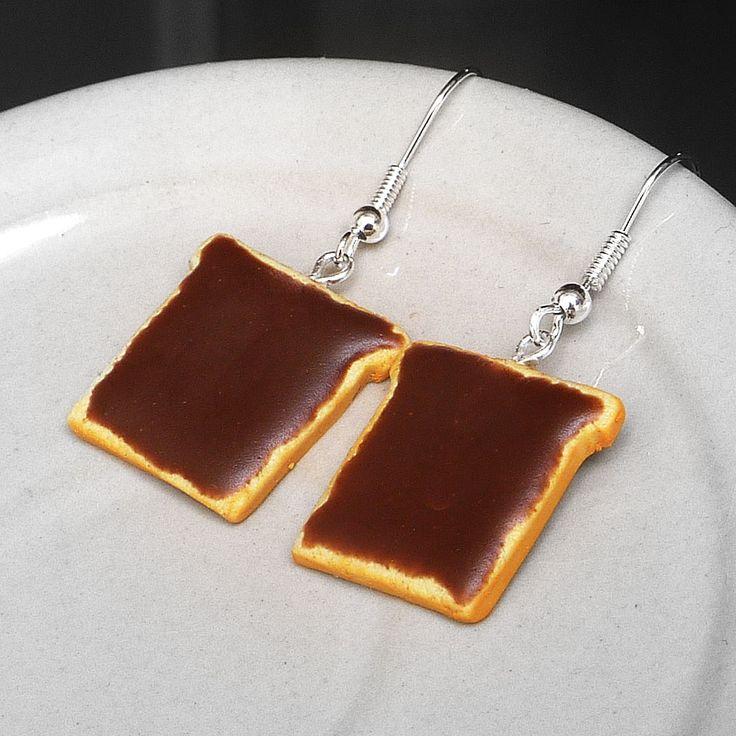 Toasty s nutellou Náušnice s toasty s nutellou z polymerové hmoty, délka 4,2 cm vč.háčků.