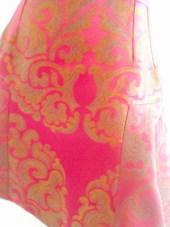 Falda en gobelino estampado floral línea A,  con holanes en los costados.