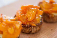Recept na Zdravé Muffiny svločkami, tvarohem a kaki.Korpus zdravého dortíčku (muffin) je tvořen mixem mouky a ovesných vloček.