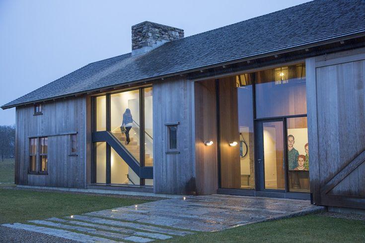 Grey Barn Farm - Hutker Architects Werking van dichte delen met bleek hout en rechte lijnen (beslotenheid) en grote glazen transparante delen met zichtlijnen door het huis (openheid en diepte), de verlichting van binnenuit geeft warmte