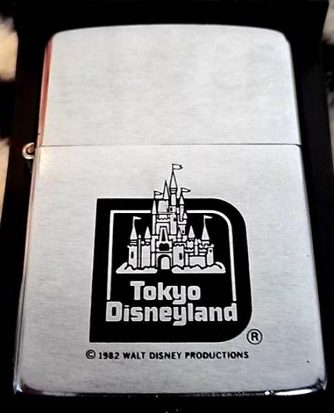 希少品 東京ディズニーランド ZIPPO Disneyland シンデレラ城商品説明■ユーズド品です。■ZIPPOプラケースと保証書が付属致します。■通常使用によるダメージ「小キズ、小さな打痕、くすみ」がございますが、デザインの部分は写真の通りしっかりしてます。■1983年3月にディズニーランドオープン記念として販売されましたが、およそ7ヶ月間しか正規購入ができませんでした。直後の1983年10月にディズニーは喫煙具の版権貸与を中止した為販売中止となりました。ですので、「ディズニー最後の喫煙具」となり...