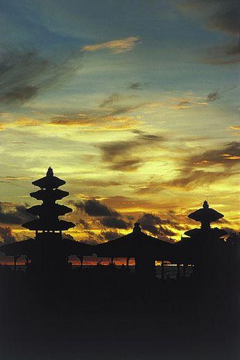 タナロット寺院はバリ島の夕日の名所として名高い。インドネシア 旅行・観光におすすめのスポット。