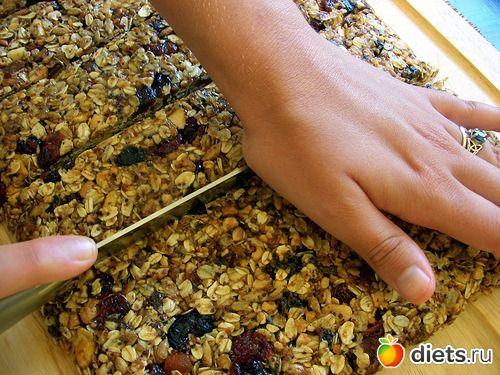 Домашнее мюсли (гранола): 400 г овсяных хлопьев 3 ст.л. пророщенных зёрен пшеницы 3 ст.л. семян подсолнечника 1 стакан измельчённых орехов 2 / 3 стакана хорошего нерафинированного сахара 1 / 2 стакана мёда (непременно попробуйте каштановый, который как нельзя лучше идёт к орехам!) 4 ст.л. сливочного масла 2 ч.л. натурального ванильного сахара 1 / 2 чайной ложки морской соли немного сухофруктов