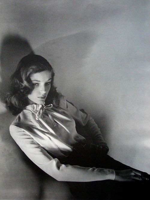Lauren Bacall ローレン・バコールの細くエレガントな美しいボーブラウス。Thin elegant beautiful Bo blouse of Lauren Bacall .