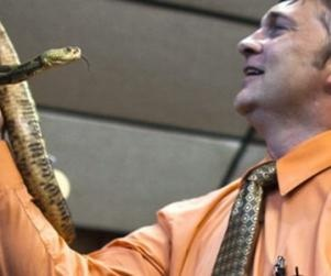 Snake-Handling Pastor Mark Wolford Dies from Rattlesnake Bite    www.opposingviews.com/i/society/animal-rights/snake-handling-pastor-mark-wolford-dies-rattlesnake-bite