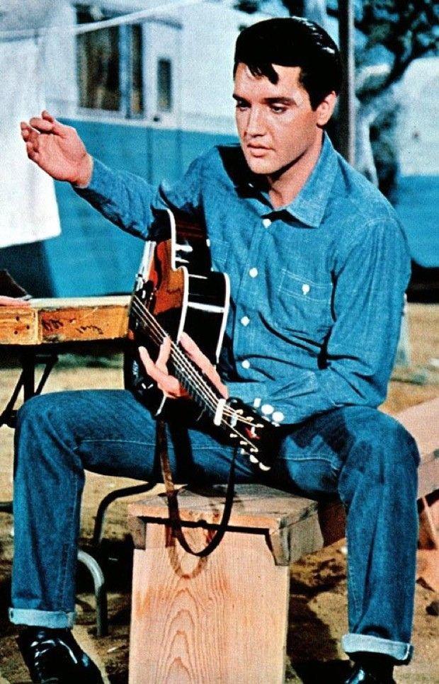 O jeans e a música  Depois dos caubóis, Elvis Presley tomou conta do cinema e da música nos anos 50, invariavelmente usando Levi's®.
