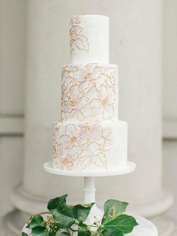 Gold und Elfenbein Blumendruck Hochzeitstorte | Artiese Fotografie | Ätherische Neutra …   – CREATIVE WEDDING INSPIRATION