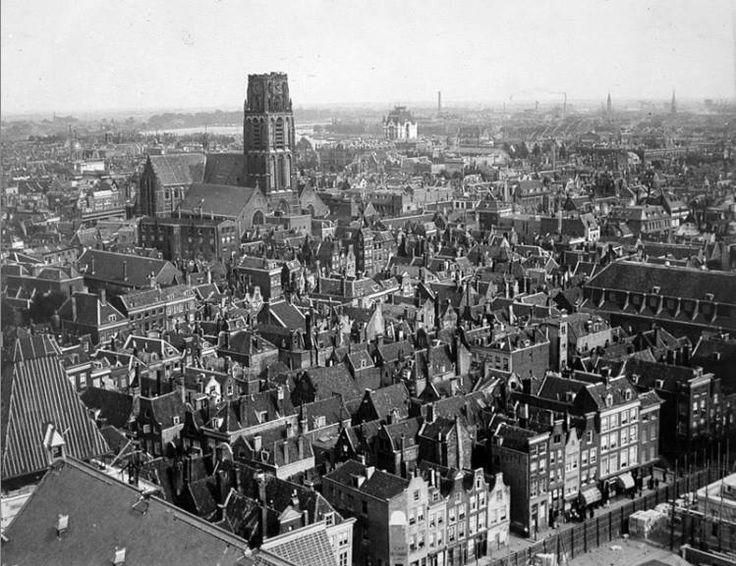 Genomen in 1916 vanuit de toren van het stadhuis richting Laurenskerk. Onvoorstelbaar bijna hoe het centrum er voor het bombardement uitzag.