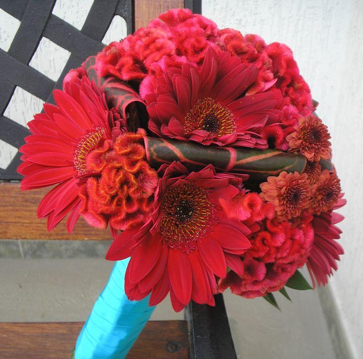 Bouquet de novia en gerberas rojas, celosias y pinoquios rojos.