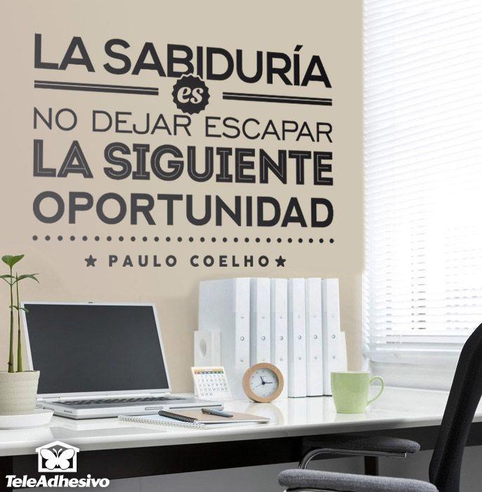 """Vinilo decorativo tipográfico sobre una frase motivadora de Paulo Coelho: """"La sabiduría es no dejar escapara la siguiente oportunidad""""."""