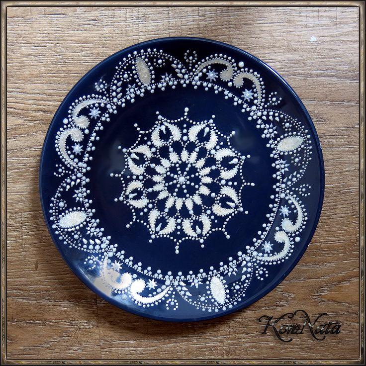 Тарелка серебро на синем. Точечная роспись