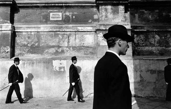 Franco Zecchin  La confraternita del SS Crocefisso sfila a piazza Pretoria, Palermo, 1988