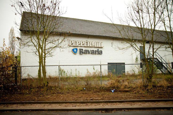 Het Peppermill-logo. In de jaren '90 hing er een Brand Bier-logo onder.