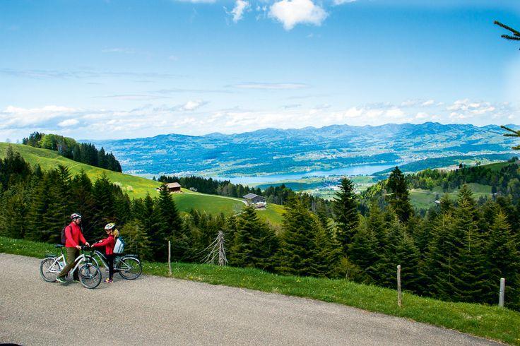 E-Biking: Herzroute Einsiedeln-Rapperswil - Mit Herz unterwegs : Zwölf Jahre nach dem ersten Teilstück ist sie nun vollendet: die Schweizer Herzroute. Über eine Strecke von 720 Kilometern führt die, als «Route 99» beschilderte Velostrecke, in dreizehn Tagestouren quer durch das Land vom Lac Léman bis zum Bodensee und überwindet ins-gesamt 12'000 Höhenmeter. Die kürzlich fertiggestellte «Etappe 5» zwischen Einsiedeln und Rapperswil eignet sich ideal für einen Tagesausflug, wie wir aus erster…