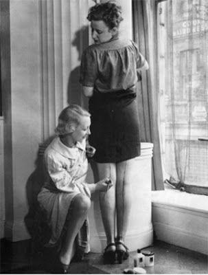 As meia finas tinham desaparecido, pois o náilon e a seda estavam em falta então as mulheres simulavam meias e suas costuras,desenhando os traços nas pernas.