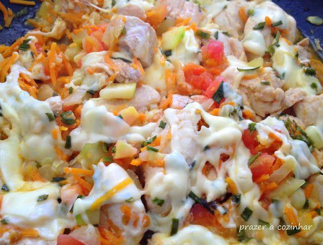 Prazer a cozinhar: Peitos de frango com curgete, cenoura, tomate e qu...