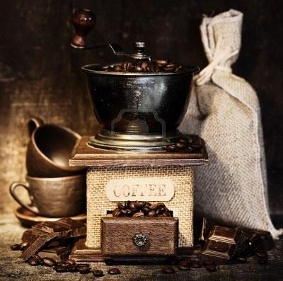 Stiill Vie Avec Le Moulin à Café Antique, Sac De Toile, Tasses De Café Et De Chocolat Sur Table Rustique Banque D'Images, Photos, Illustrations Libre De Droits. Image 5787942.