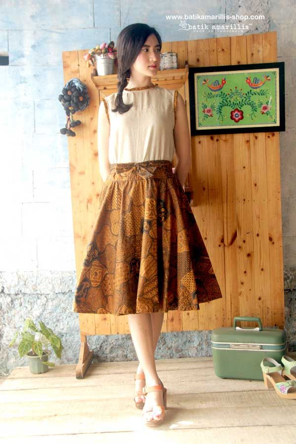 batik amarillis's amarillissima blooming skirt. This fabulous and luxurious batik coletan Sekar jagat from Sragen skirt features a structured waistband with sash which can be styled front or back ,the skirt merging down into a billowing pleated skirt. this beautifully tailored garment will turn heads with its captivating design