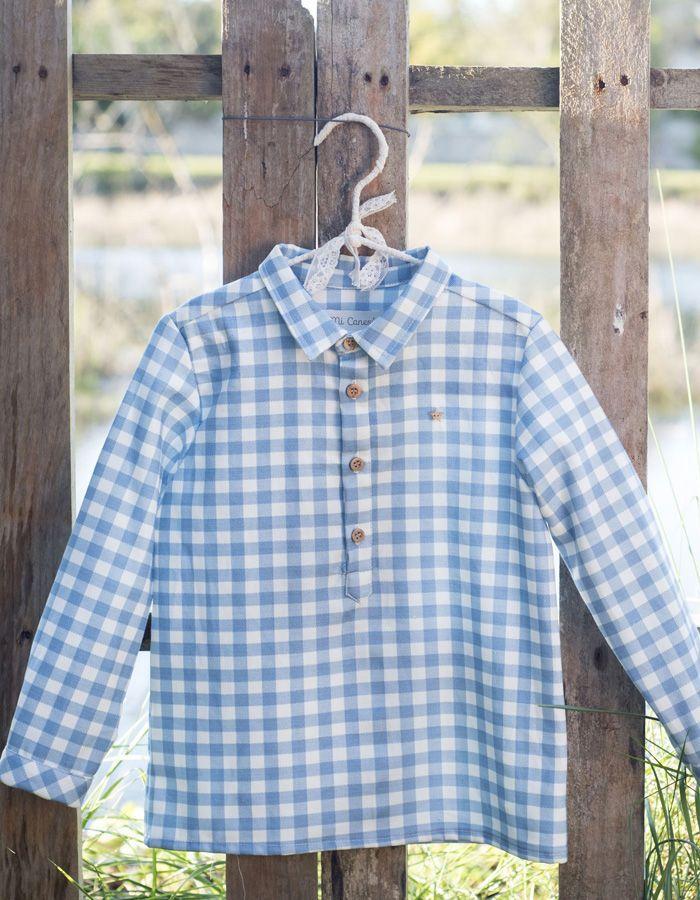 Camisa Mi Canesú tipo polera, con botonera sólo hasta mitad de pecho, realizada en tela de algodón estampado vichy color azul.