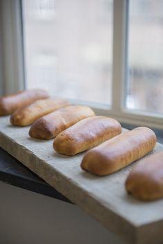 Zelf Brabants beste worstenbroodjes bakken? Dat doe je samen met Robèrt van Beckhoven! Met dit recept en de stap-voor-stap foto's lukt het zeker. Genoeg voor 30 stuks van ca. 65 gram. Ingrediënten voor het deeg 200 gram melk 500 gram bloem 25 gram gist 9 gram zout 10 gram basterdsuiker 125 gram boter Ingrediënten voor de …
