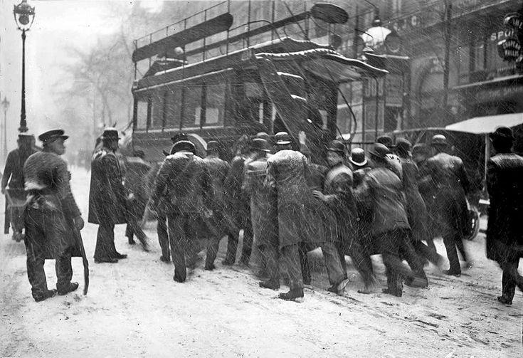 Transports en commun parisiens en difficulté en 1908 photo vintage noir et blanc paris les plus belles photos de paris sous la neige