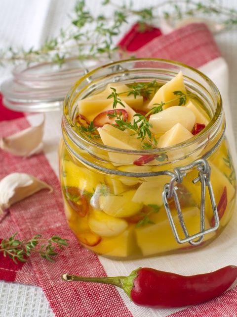 Marynowany ser żółty w oliwie
