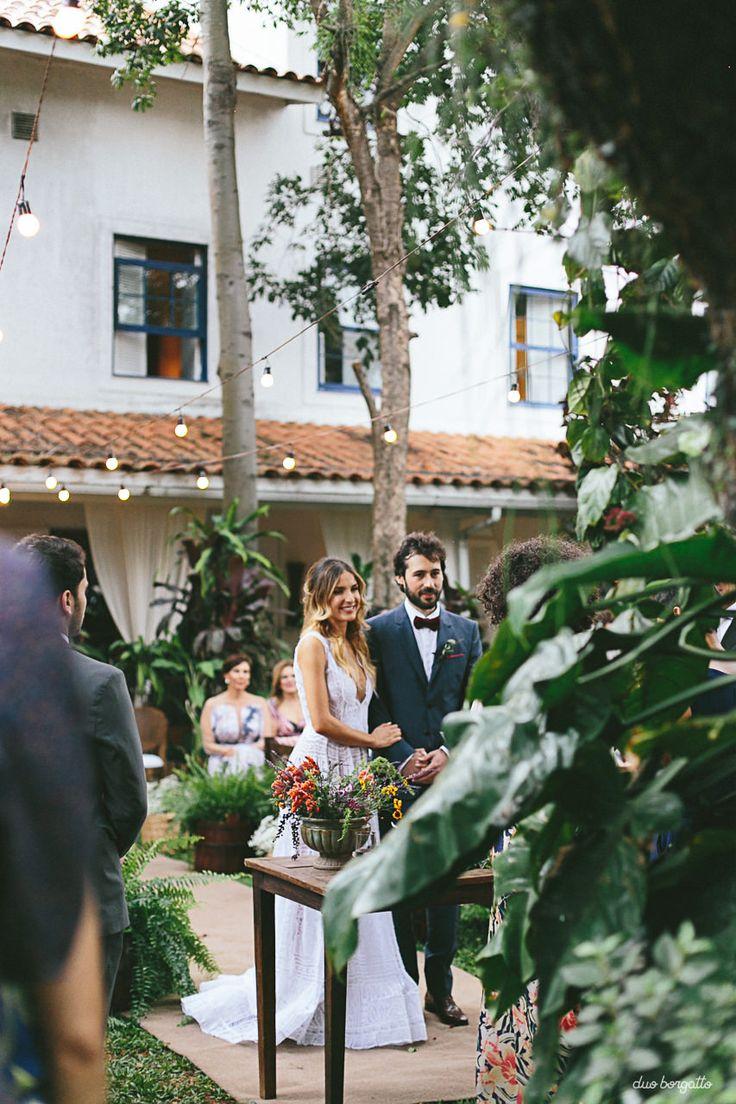 7 indicações incríveis de fotógrafos para casamento que a gente ama. Fotografia: Duo Borgatto. Casamento simples e rústico em um jardim. Inspiração de casamentos. Luzes no jardim para casamentos. Mini-wedding no jardim com plantas verdes e casamento rústico e simples.