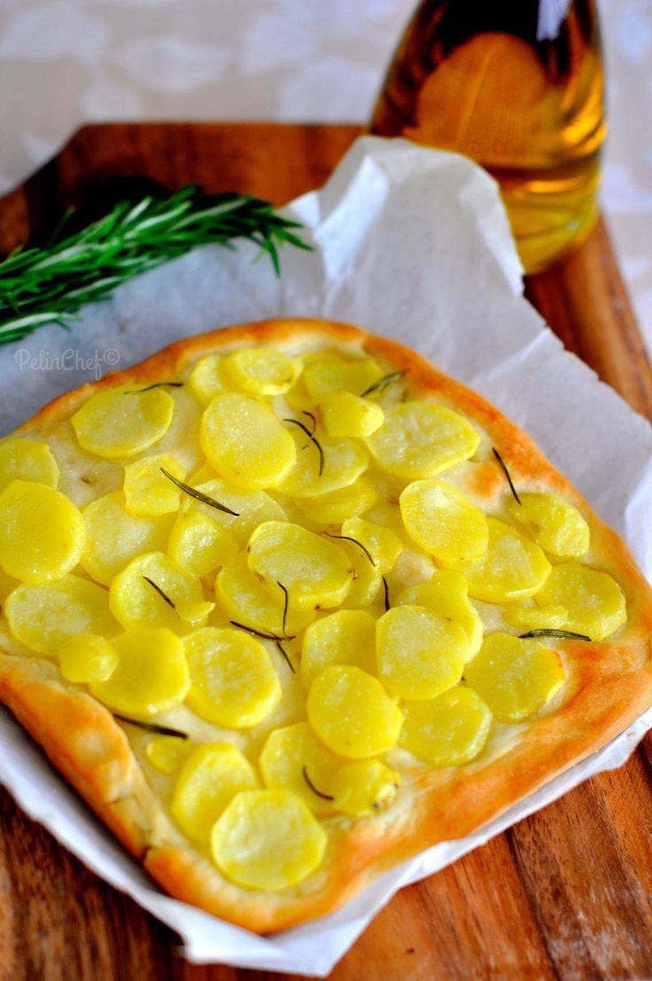 Daha önce hatırlarsanız mayalı tarifler haftası yapmış, nefis İtalyan ekmeği foccacia tarifi vermiştim. Bu kez patates ve biberiye ile çeşitlendirerek pişirdim bu ekmeği. Sıcak sıcakken zeytinle birlikte yemenizi tavsiye ediyor ve tarife geçiyorum.