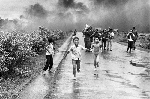 Nick Ut tenía 20 años cuando tomó esta fotografía en 1972, tras el bombardeo de un pueblo vietnamita por los estadounidenses utilizando Napalm. Estos niños huyeron del publo con su ropa en llamas.