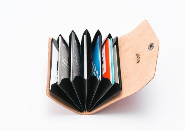 仕事とプライベート、名刺とカード類など、シーンや用途によって、革の表面の仕上げや色を使い分けるのもおすすめです。