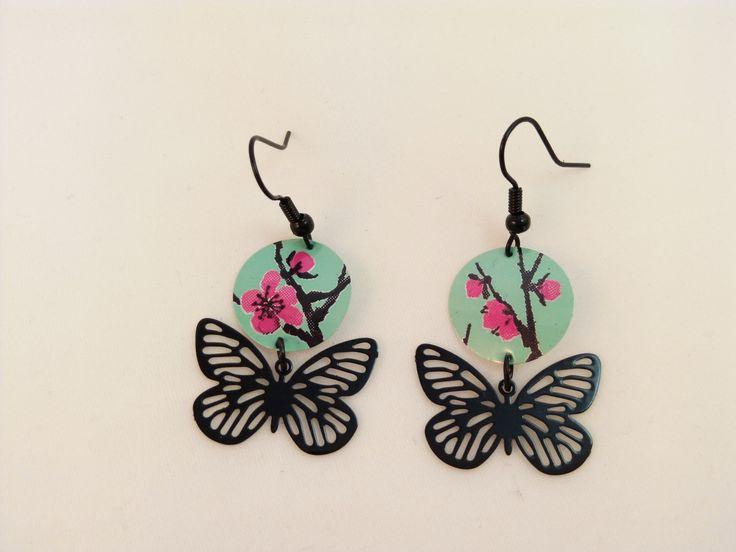Boucles d'oreille en cannette de thé Arizona avec un papillon filigrane noir : Boucles d'oreille par grimzmee