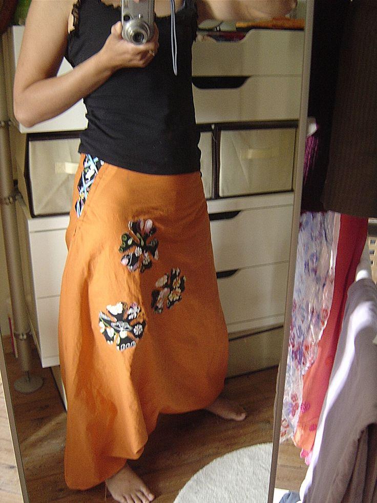 Comme promis ici, un petit tuto pour vous montrer comment je m'y suis prise pour faire la taille ajustable de mon sarouel papillon. Et pour cela, j'ai fait un autre sarouel, orange (tissus IKEA), encore plus classsssse ! Notez que ce système ajustable...