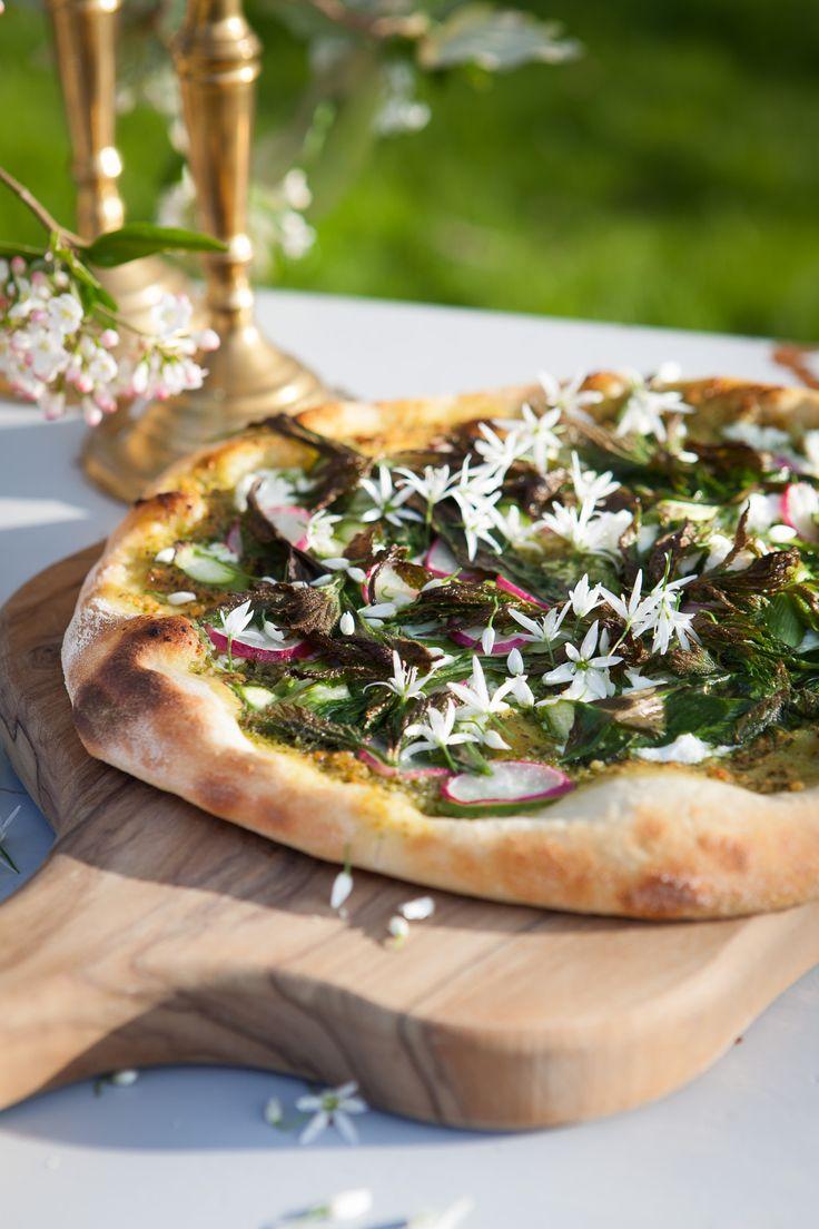 En frisk og lækker pizza med nogle af forårets allerbedste ingredienser.