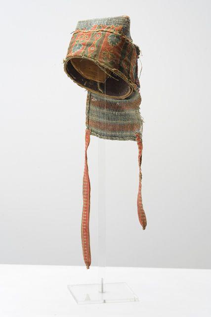 Heikel, A. O., Udmurtit. Aishon, päähineen alustus, rakennettu tuohesta ja kankaasta. Museokuva Matti Huuhka & co. 20.09.2010
