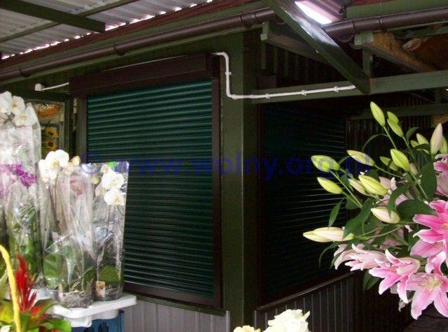 Rolety zewnętrzne Łódź http://www.wolny.org.pl Montaż rolet w sieci kwiaciarni na Placu Barlickiego w mieście Łódź. Kolor rolet został specjalnie dobrany do tego wyjątkowego i niezwykle urokliwego miejsca. Obecnie oferowanych jest aż 17 kolorów pancerza rolety. Prowadnice i skrzynki rolety mogą być dostępne w kolorze lub okleinie. Na specjalne zamówienie, rolety są malowane na kolor RAL. Istnieje również możliwość kombinacji kolorami pancerza rolety, skrzynek, prowadnic i listwy końcowej.