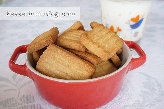 İrmikli Bebe Bisküvisi Tarifi - Malzemeler : 2 tepeleme yemek kaşığı oda sıcaklığında tereyağ, 1 su bardağı un, 1/2 su bardağı pirinç unu, 2 yemek kaşığı pekmez, 2 yemek kaşığı irmik.