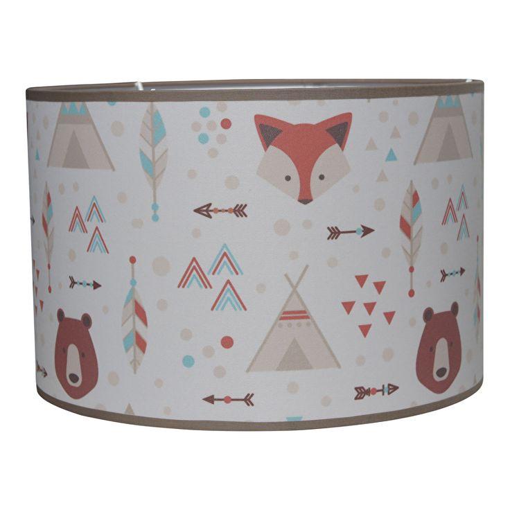 Lamp Indian adventure. Deze lamp is een stoere blikvanger in de kinderkamer. Leuk om de mooiste indianen avonturen bij te vertellen voor het slapen gaan. Hanglamp doorsnede 30cm en hoogte 20cm, uitgevoerd in aardetinten met vos, beer en tipi. Ook leuk om te combineren met de bijpassende wandlamp.