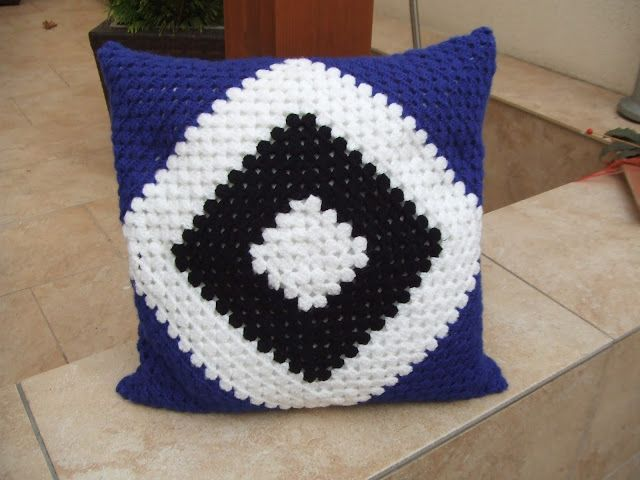 My world of crochet: HSV-Kissen!